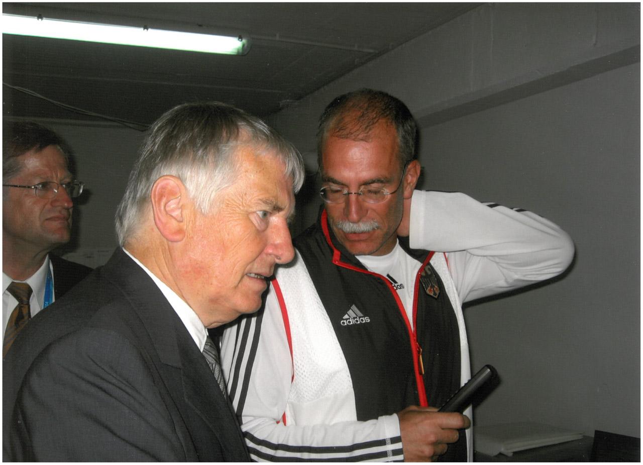 2004 Besuch des Ministers im olympischen Dorf